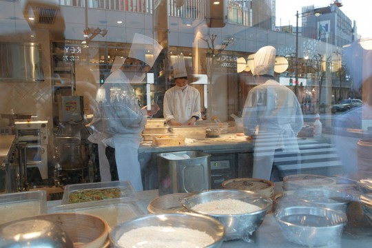 店舗1階にはガラス張りのキッチンスペースがあり、職人たちが小籠包を包む姿が見える