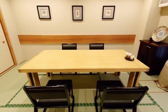 実は2割のお客様が、飾られた絵画やお皿を目当てに来店されるそうです。
