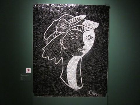 横顔と正面が同時に描かれた、キュビズム的な画面構成のモザイク画