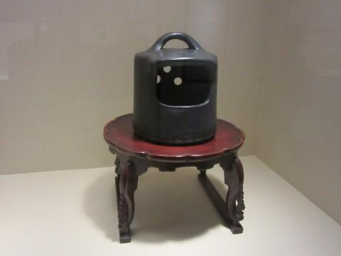「これしかない」という「用の美」の究極を表現したという釣り鐘火鉢