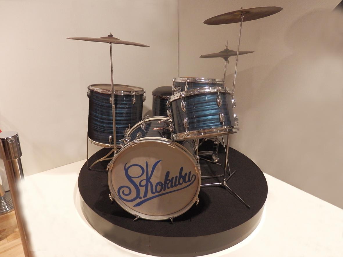 〈嵐を呼ぶ男〉ドラムセット(写真提供・日活)