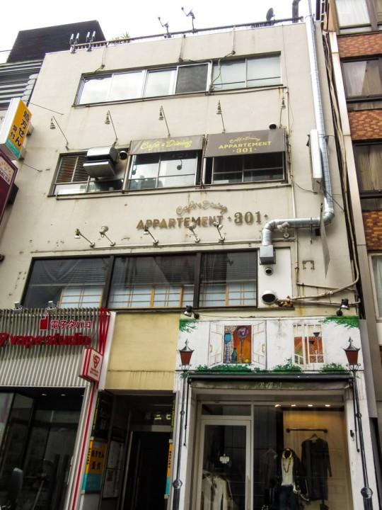 「アパルトマン301」が3階に入るビル。銀座駅・有楽町駅から至近ながらも、階段のみなどの条件から家賃は比較的安めに抑えることができる