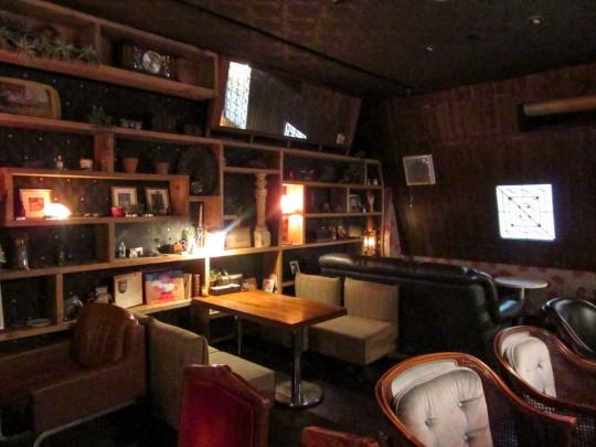 302号室は、301号室の隣に引っ越してきた男性の部屋と想定。こちらは黒を基調としており、ソファを多めに配置してゆったりした雰囲気を演出。全席禁煙。