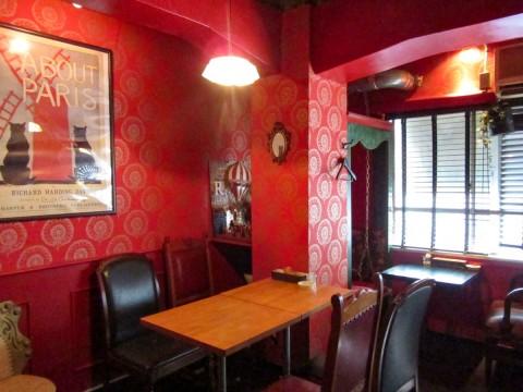 ヨーロッパの片隅にあるアパートメントをイメージした店内は二部屋に分かれる。301号室は芝居好きな女の子が住む赤いキッチュな部屋をコンセプトにしている。全面喫煙化。
