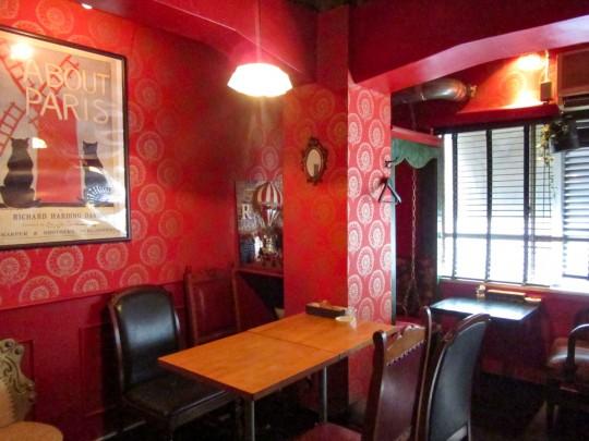 店内は2部屋に分かれており、301号室は芝居好きな女の子が住む赤いキッチュな部屋をコンセプトにしている。全面喫煙可。