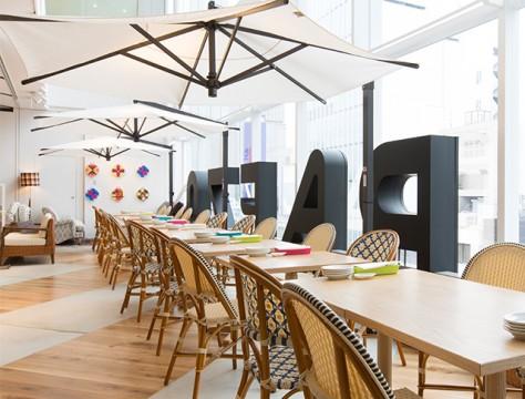天井が高く開放感があるので、とても賑やかで活気のある店内となっております。