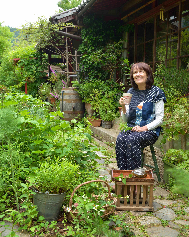 庭仕事の合間に一休み 写真撮影=梶山 正