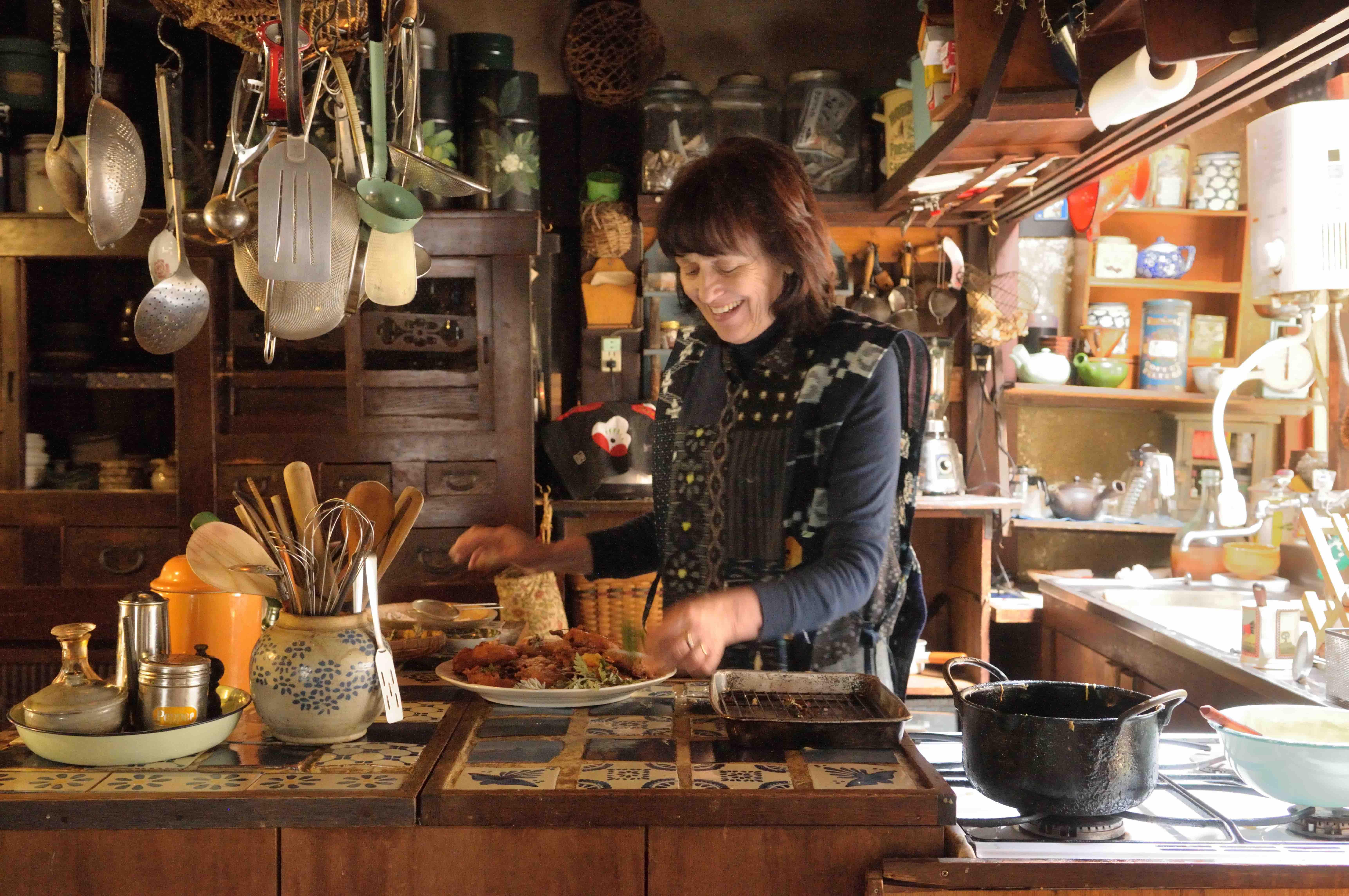 キッチンでアップルフリッターを作る 写真撮影=梶山正