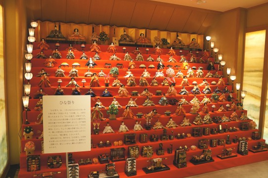 Thirteen-stage chicken decorations with 103 chapel dolls exhibited